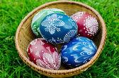 Velikonoce - barevné vejce v míse — Stock fotografie