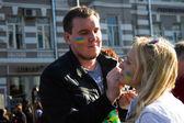 Marcha pela paz, os participantes a desenhar em seus rostos, bandeira ucraniana — Fotografia Stock