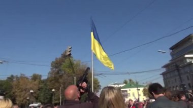 Ukrainian flag on the peace March in Russia — Stock Video