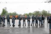 Staff of the Russian police protects political procession — Stock Photo
