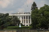 The white house views over the lawn — Stockfoto