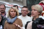 The ecologist Evgenia Chirikova speaks at an oppositional action, the politician Alyona Popova nearby — Stock Photo