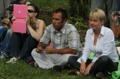 Ecologists Suren Gazaryan and Evgenia Chirikova at a meeting of activists in the Khimki forest — Stock Photo