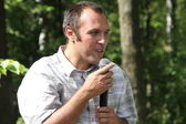 Ecologist Suren Gazaryan, speaking at a meeting of activists in Khimki forest — Stock Photo