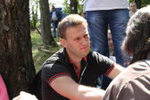Politician Alexei Navalny talks with activists in Khimki forest — Stock Photo