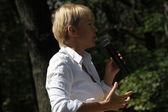 Policies Evgeniya Chirikova speaks to activists in Khimki forest — Stock Photo