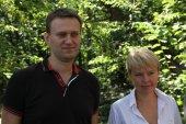 Policy Alexei Navalny and Evgeniya Chirikova at the meeting of activists in Khimki forest — Stock Photo
