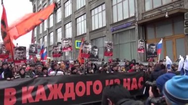 Uneral March of the opposition memory of the murdered politician Boris Nemtsov — Stock Video