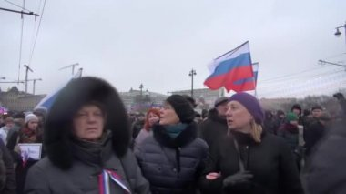 Funeral Russian flags with black ribbon on the March to the memory of Boris Nemtsov — Stock Video