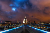 Millennium Bridge and St Pauls Cathedral in London at night — Stock Photo