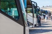 Coaches in a row at a travel destination — Stock Photo