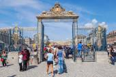 Crowds of tourists in front of the Palace of Versailles — Stock Photo