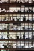 Fachada de un edificio de oficinas en la noche — Foto de Stock