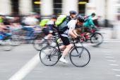 モーションの都市で自転車に乗る人のぼかし — ストック写真