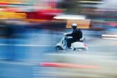 Scooterist v pohybu blur — Stock fotografie