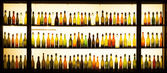 Old beer bottles in a lightened window display of a brewery in Cologne — Stockfoto