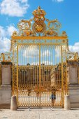 Golden entrance of the Palace of Versailles — Stock Photo