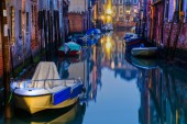 Night scene of a typical canal in Venice, Italy — Stockfoto