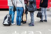 People waiting at the pedestrian crossing of a street in London — Stock Photo