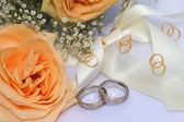 Yellow roses with wedding rings — Stock Photo