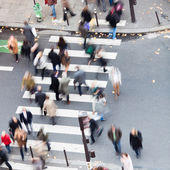 Aerial view of a crowd of people crossing a city street at a pedestrian crossing — Stock Photo