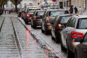 Cars in a traffic jam at rush hour in the rainy city — Stockfoto
