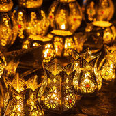 Rows of arabic lanterns with burning candles — Stock Photo