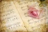 Photo de style Vintage rose rose sur les vieilles feuilles de musique — Photo