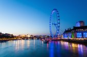 View of the Thames in London with London Eye at blue hour — Foto de Stock