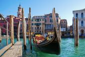 Traditional gondola on the Grand Canal in Venice, Italy — Foto de Stock