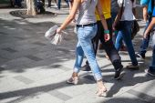Summery clothed pedestrians walking on a sidewalk — Stockfoto