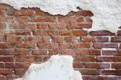 Brick wall with cracked plaster — Stock Photo