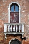 Window with balcony at an old decayed house in Venice, Italy — Stock Photo