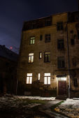 Eerie looking old apartment buildings in Riga, Latvia, at night — Stock Photo