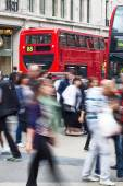People in motion blur crossing the Oxford Circus in London, UK — Foto de Stock