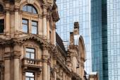 Contrast of old and new buildings in Frankfurt, Germany — Stockfoto