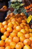 Bulk of oranges at a market stall — Stock Photo