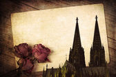 Vintage style composition of an old postcard, dried roses and the Cologne Cathedral — 图库照片