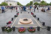 Tomb of Unknown Soldier under the Arc de Triomphe in Paris, France — Stock Photo