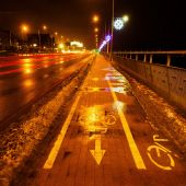 Wintry night scene street with cycle lane and christmas decoration — Foto Stock