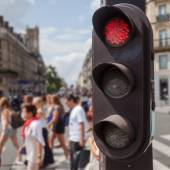 Traffic lights in the foreground with a street scene in the blurred background in London, UK — Stockfoto