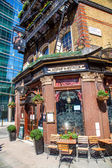 Pub The Albert in front of modern skyscrapers in London, UK — 图库照片
