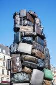 Sculpture from suitcases in front of the Gare St. Lazare in Paris, France — Stock fotografie