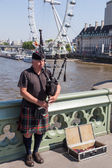 Bagpiper on the Westminster Bridge in London, UK — Stock Photo