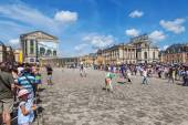 Crowds of tourists waiting for entrance to the famous Palace of Versailles in Versailles, France — Stock Photo