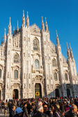 Crowds of people in front of the Milan Cathedral in Milan, Italy — Stock Photo