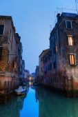 Night view of a typical canal in Venice, Italy — Stockfoto