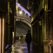 Night view of an alley in Venice, Italy, with view on the famous Rialto Bridge — Stock Photo #55148339