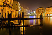 Night view of the Grand Canal with Rialto Bridge in Venice, Italy — Stock Photo