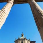������, ������: Basilica di San Lorenzo viewed through the Colonne di San Lorenzo in Milan Italy
